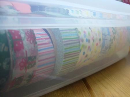 マスキングテープ保存用のお餅保存ケース/蓋できる高さ。半透明なので柄が見えます。